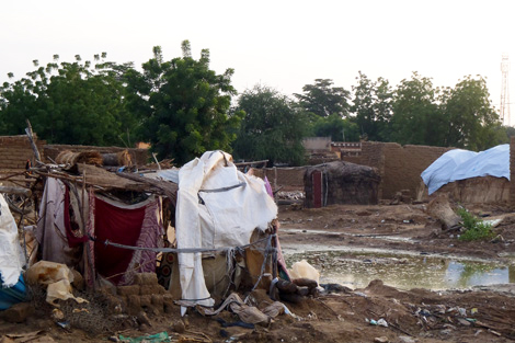 Makeshift shelters built amongst the remains of homes leftover by the floodwaters, Niamey region, Niger, September 2013.