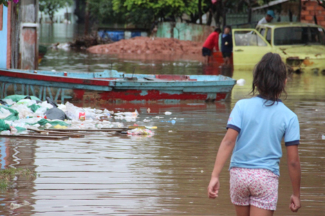 Paraguay 26 June 2014. Piles of garbage and inadequate sanitation facilities add to the misery of families driven from their homes by weeks of torrential rain, which has led to the Paraguay and Parana Rivers bursting their banks. (Paraguay Red Cross).