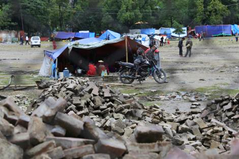 People shelter under flimsy shelters in Kathmandu, Nepal (Becky Maynard/ShelterBox)